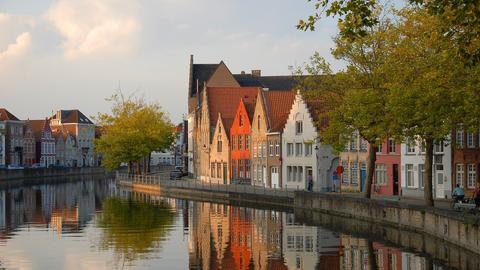 Bunte Häuser von Brügge am Flussufer.