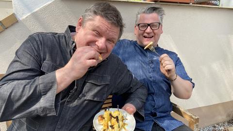 Bernd Siefert mit gegrillter Ananas und Klaus Breinig mit Salsiccia-Bratwurst.