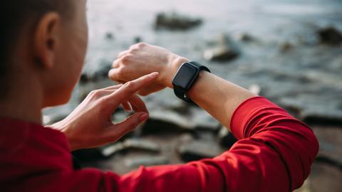 Ein Mann tippt auf seine Smart-Watch.