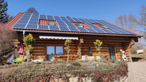 Blockhaus in der Rhön mit Solaranlage auf dem Dach.