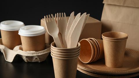 Kaffeebecher und Holzbesteck