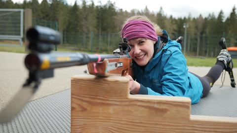 Autorin Nina Heins schießt mit einem Lasergewehr beim Sommer-Biathlon Schnuppertraining.