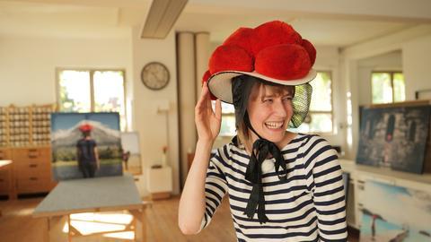 Autorin Nina Heins trägt den Bollenhut und lacht.