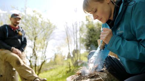 Nina Heins und Protagonist beim Survival Training im Schwarzwald.