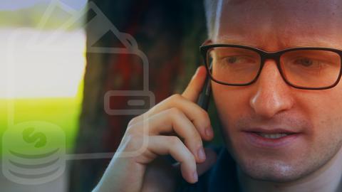 Protagonist telefoniert mit Handy.