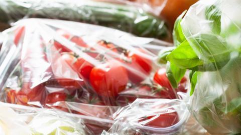 In Plastik verpacktes Obst und Gemüse.