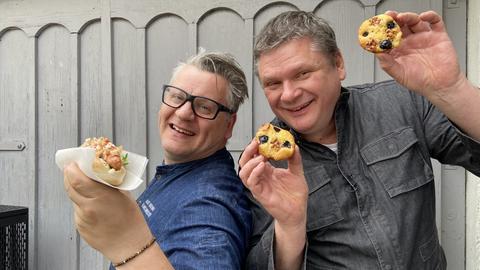 Klaus Breinig mit Hot Dog und Bernd Siefert mit Muffins.