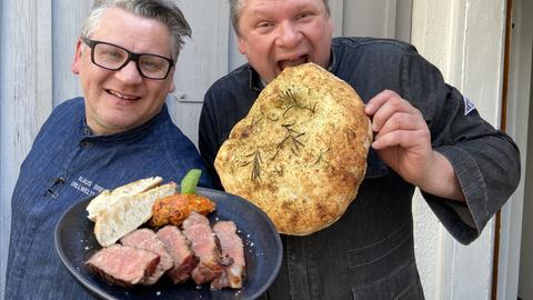 Klaus Breinig mit Steak und Bernd Siefert mit Ciabatta.