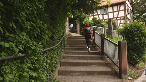 Ein Schulkind steigt Treppen hinauf.