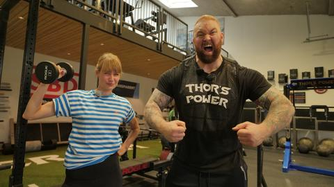 Nina beim Workout mit Game of Thrones-Star Hafr Bjoernsson.