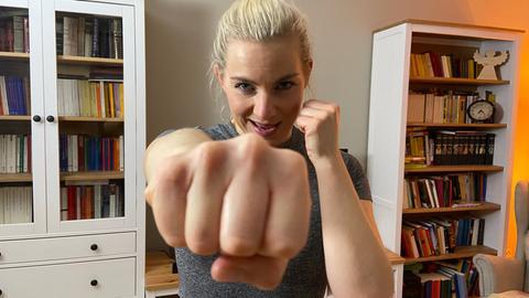 Ratgeber-Reporterin Maike Tschorn macht in ihrem Wohnzimmer eine Boxer-Pose.