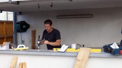 René Costa Langrock werkelt an seiner Outdoor Bar.