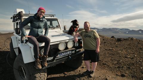 Nina posiert auf der Motorhaube eines Geländewagens.
