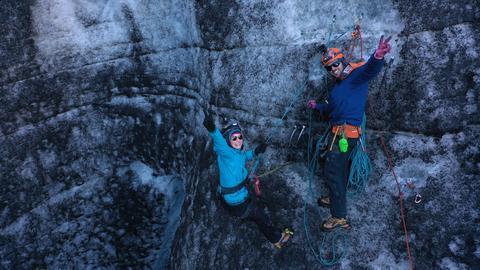 Nina und Jonas beim Eisklettern.
