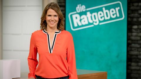 Die Ratgeber-Moderatorin Anne Brüning steht im Studio und lacht.
