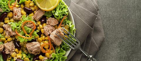 Salat mit Thunfisch, Mais und Kidneybohnen