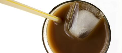 Kaffee mit Eiswürfeln in einer Tasse