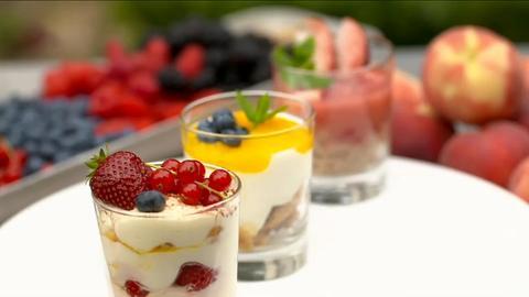 Verschiedene Desserts in Gläsern
