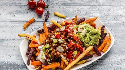 Platte mit Gemüsepommes und Dips