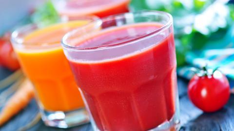 Smoothies aus Karotten- und Tomatensaft im Glas