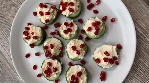 Gurkenhäppchen mit Granatapfel
