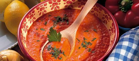 Ajvar selbtsgemacht auf einem Tisch mit Paprika