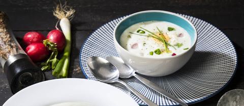Eine Radieschen-Kartoffel-Suppe mit einem gekochten halben Ei.