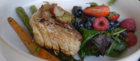 Kabeljau mit Möhren, Spargel und Salat