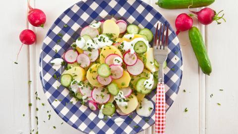 Kartoffelsalat mit Radieschen und Gurken