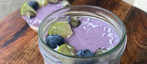 Lemon Blueberry Raw Cake im Glas fertig angerichtet.