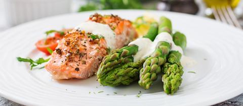 Fisch mit grünem Spargel hübsch angerichtet