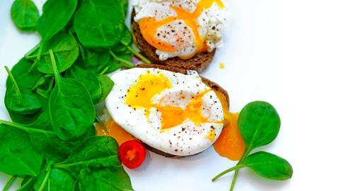 Pochiertes Ei auf Brot mit Blattspinat
