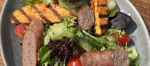 Salsiccia mit Süßkartoffeln und Salat