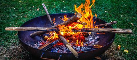 Feuerschale mit Holzstöcken