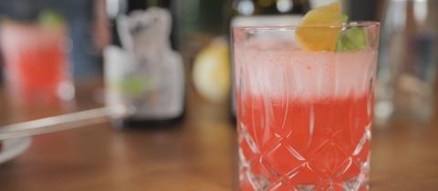 Sommerlicher Gin-Cocktail mit Himbeeren