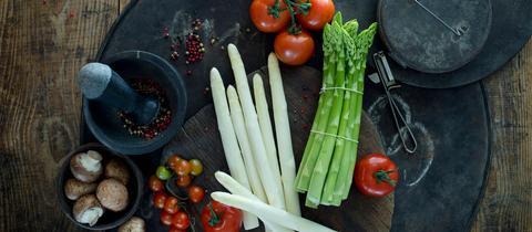 Weißer und grüner Spargel mit Gemüse