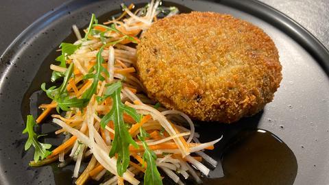 Umami-Miso-Frikadelle mit Rettichsalat