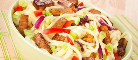 Nudeln in einer Schale mit Gemüse und Tofu
