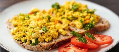 Veganes Rührei aus Tofu auf Brot
