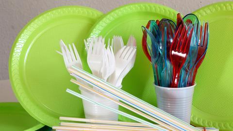 Besteck und Teller aus Plastik