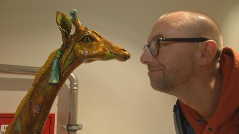"""""""Der Museumstester"""" und eine Giraffen-Figur im Rosenhang-Museum in Weilburg"""