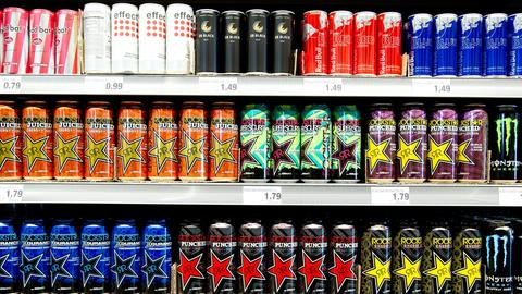 Sortierte Energy Drinks in einem Supermarkt.