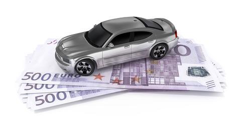 Ein Auto steht auf Geldscheinen.
