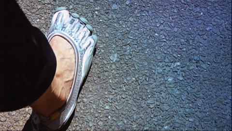 Ein Fuß in einem Barfußschuh