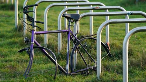 Fahrrad ohne Reifen an einem Fahrradständer