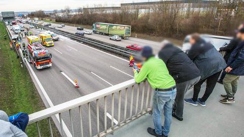 Gaffer auf einer Autobahnbrücke