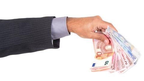 Geldscheine in einer Hand