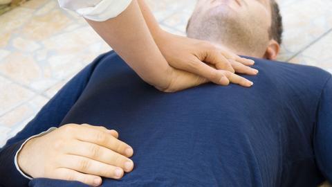 Frau führ Herzmassage bei Mann durch