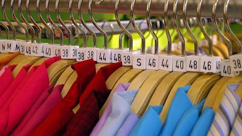 Kleiderbügel mit Konfektionsgrößen-Reitern.
