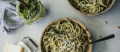 Spagehtti mit grünem Pesto und Parmesan.